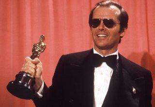 Jack Nicholson con in mano uno dei tre Oscar vinti in carriera