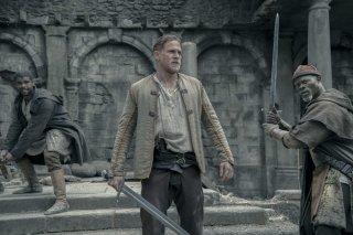 King Arthur - Il potere della spada: Charlie Hunnam e Djimon Hounsou in una scena del film