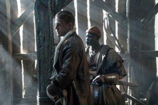 King Arthur - Il potere della spada: Charlie Hunnam e Djimon Hounsou in un momento del film