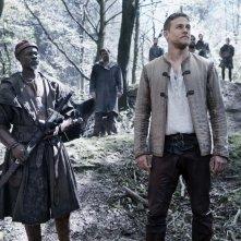 King Arthur - Il potere della spada: Charlie Hunnam e Djimon Hounsou in un'immagine del film
