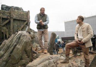 King Arthur - Il potere della spada: Charlie Hunnam e Guy Ritchie sul set del film