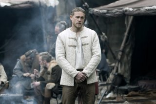 King Arthur - Il potere della spada: Charlie Hunnam in una scena del film