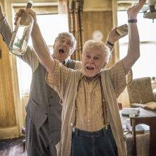 La storia dell'amore: Elliott Gould e Derek Jacobi in una scena del film