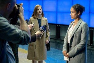 Miss Sloane: Gugu Mbatha-Raw e Jessica Chastain in una scena del film