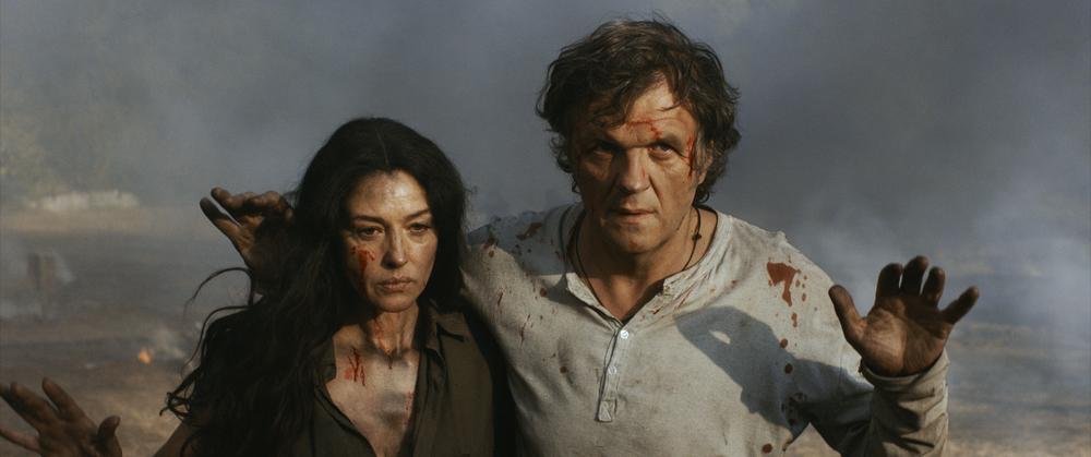 On the Milky Road - Sulla Via Lattea: Monica Bellucci insieme ad Emir Kusturica in un'immagine del film