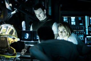 Alien: Covenant, Michael Fassbender e Carmen Ejogo in una scena del film