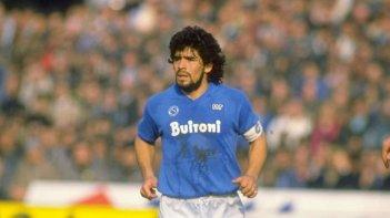 Maradonapoli: Maradona durante una partita disputata con la maglia del Napoli