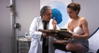 Qualcosa di troppo: Audrey Dana e Christian Clavier in una scena del film