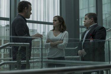 The Circle: Tom Hanks, Patton Oswalt ed Emma Watson in una scena del film