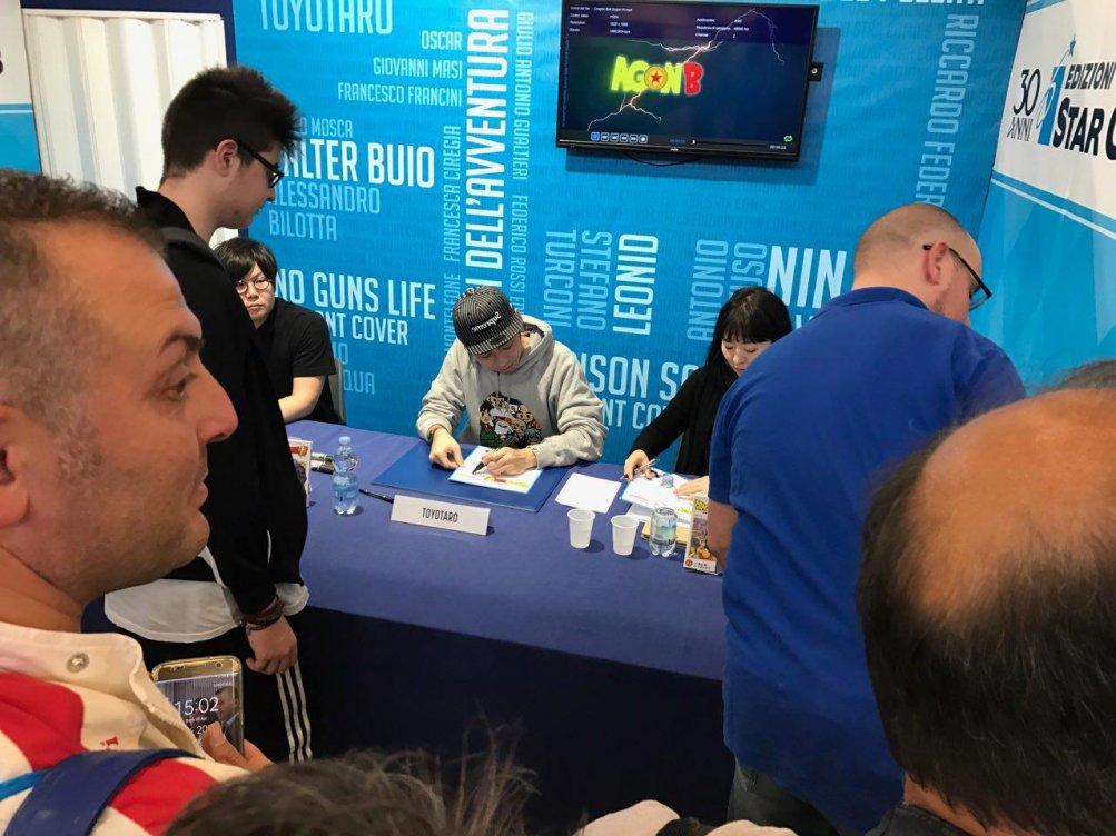 Comicon 2017: Toyotaro mentre firma autografi