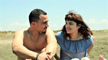 Cuori puri: Simone Liberati e Selene Caramazza insieme in una scena del film