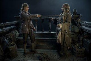 Pirati dei Caraibi: La vendetta di Salazar, Johnny Depp e Brenton Thwaites in una scena del film
