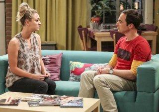 The Big Bang Theory: Kaley Cuoco e Jim Parsons in una scena del finale della decima stagione