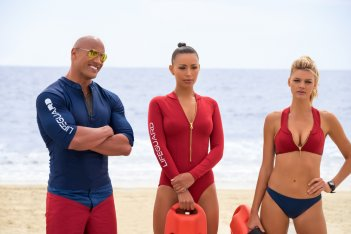 Baywatch: Dwayne Johnson, Ilfenesh Hadera e Kelly Rohrbach in una scena del film