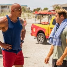 Baywatch: Dwayne Johnson e Zac Efron in una scena del film