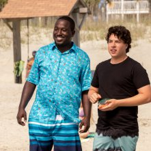 Baywatch: Hannibal Buress e Jon Bass in una scena del film