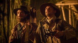 Civiltà perduta: Robert Pattinson e Charlie Hunnam in una scena del film