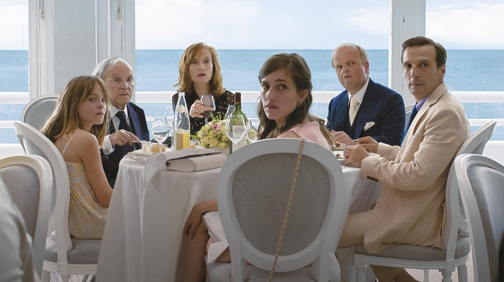 Happy End: Isabelle Huppert, Toby Jones, Mathieu Kassovitz e il resto del cast in una scena