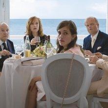 Happy End: Isabelle Huppert, Toby Jones, Mathieu Kassovitz e il resto del cast in una scena