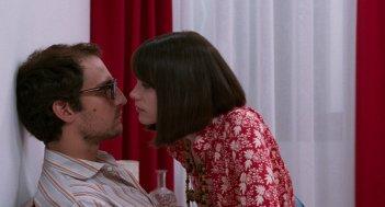 Formidabile: Louis Garrel e Stacy Martin in una scena intima