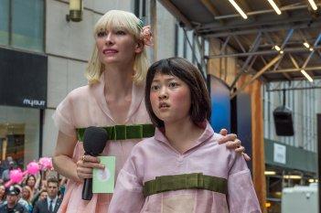 Okja: Okja: Ahn Seo-hyun in una scena con Tilda Swinton