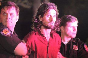 Alcolista: Bret Roberts tra due poliziotti