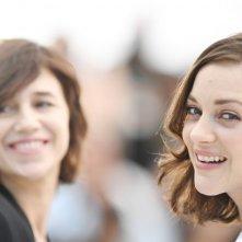 Les Fantômes d'Ismaël - Marion Cotillard e Charlotte Gainsbourg al photocall di Cannes 2017
