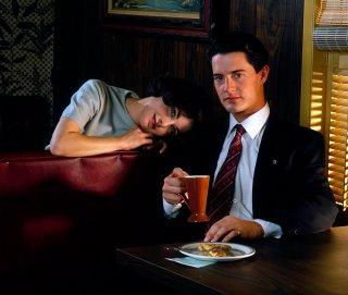 Kyle MacLachlan e Sherilyn Fenn in una immagine promo di Twin Peaks