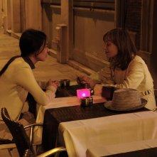 Claire's Camera: Isabelle Huppert e Kim Min-hee in una scena
