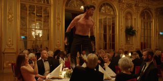 The Square, una scena del film con Terry Notary in azione