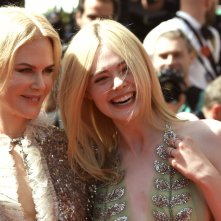 Cannes 2017: uno scatto di Nicole Kidman ed Elle Fanning sul red carpet di How to Talk to Girls at Parties