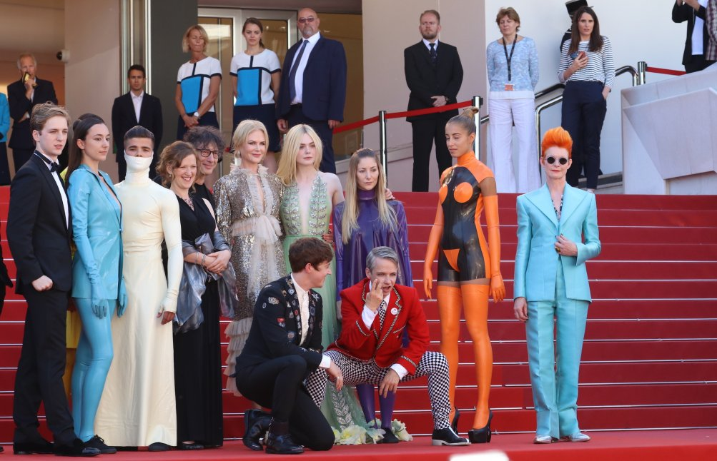 Cannes 2017: il cast con Neil Gaiman sul red carpet di How to Talk to Girls at Parties