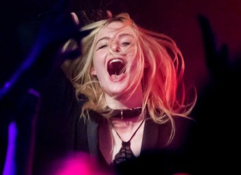 Elle Fanning a Cannes 2017 durante il party punk per How to Talk to Girls at Parties