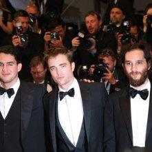 Cannes 2017: Robert Pattinson posa con i due registi sul red carpet di Good Time