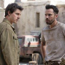 La Mummia: Tom Cruise e Jake Johnson in una scena del film