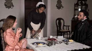 Lady Macbeth: Florence Pugh, Cosmo Jarvis e Naomi Ackie in una scena del film