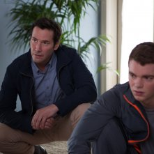 Una doppia verità: Keanu Reeves e Gabriel Basso in una scena del film