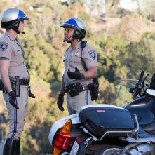 CHiPs: Michael Peña e Dax Shepard in un momento del film