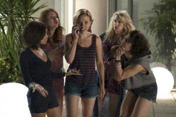 Crazy Night - Festa col morto: Scarlett Johansson, Zoë Kravitz, Kate McKinnon, Ilana Glazer e Jillian Bell in una scena del film