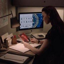 I segreti di Twin Peaks: Chrysta Bell osserva una foto dell'Agente Cooper