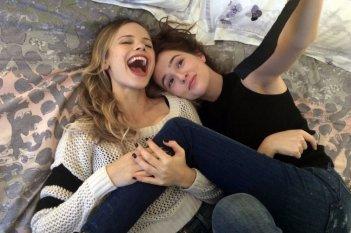 Prima di domani: Zoey Deutch e Halston Sage in una scena del film
