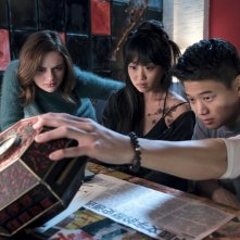 Wish Upon: Joey King, Alice Lee e Ki Hong Lee in una scena del film
