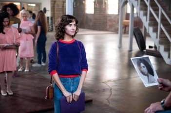 GLOW: Alison Brie in una scena