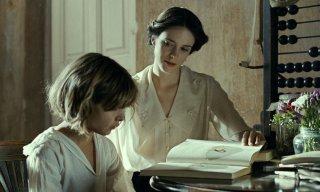 L'infanzia di un capo: Stacy Martin e Tom Sweet in una scena del film