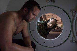 Renegades - Commando d'assalto: Sullivan Stapleton e J.K. Simmons in una scena del film