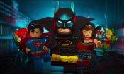 Agente vestito da Batman ferma un ladro che stava rubando un DVD di Lego Batman - Il Film