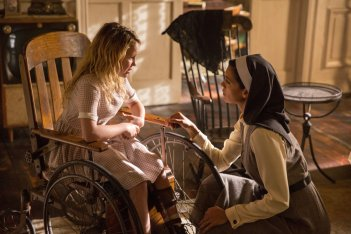 Annabelle 2: Creation, Talitha Bateman e Stephanie Sigman in una scena del film
