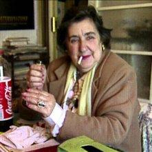 Alda Merini in una scena de La pazza della porta accanto