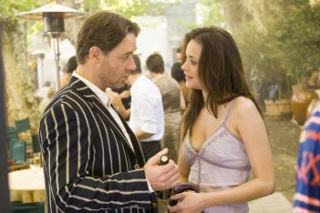 Russell Crowe e Marion Cotillard in una sequenza del film A Good Year