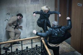 Atomica bionda: Charlize Theron alle prese con due nemici in un momento del film